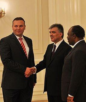 Karmod u ftua ne pallatin presidencial